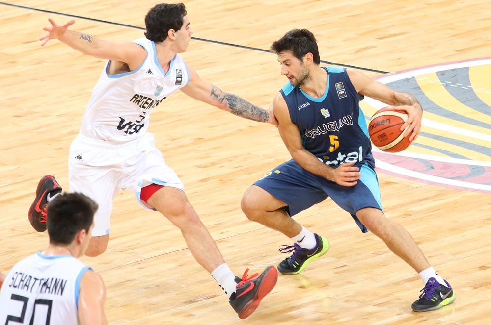 Luca Vildoza marcando a Bruno Fittipaldo (Foto: FIBA)