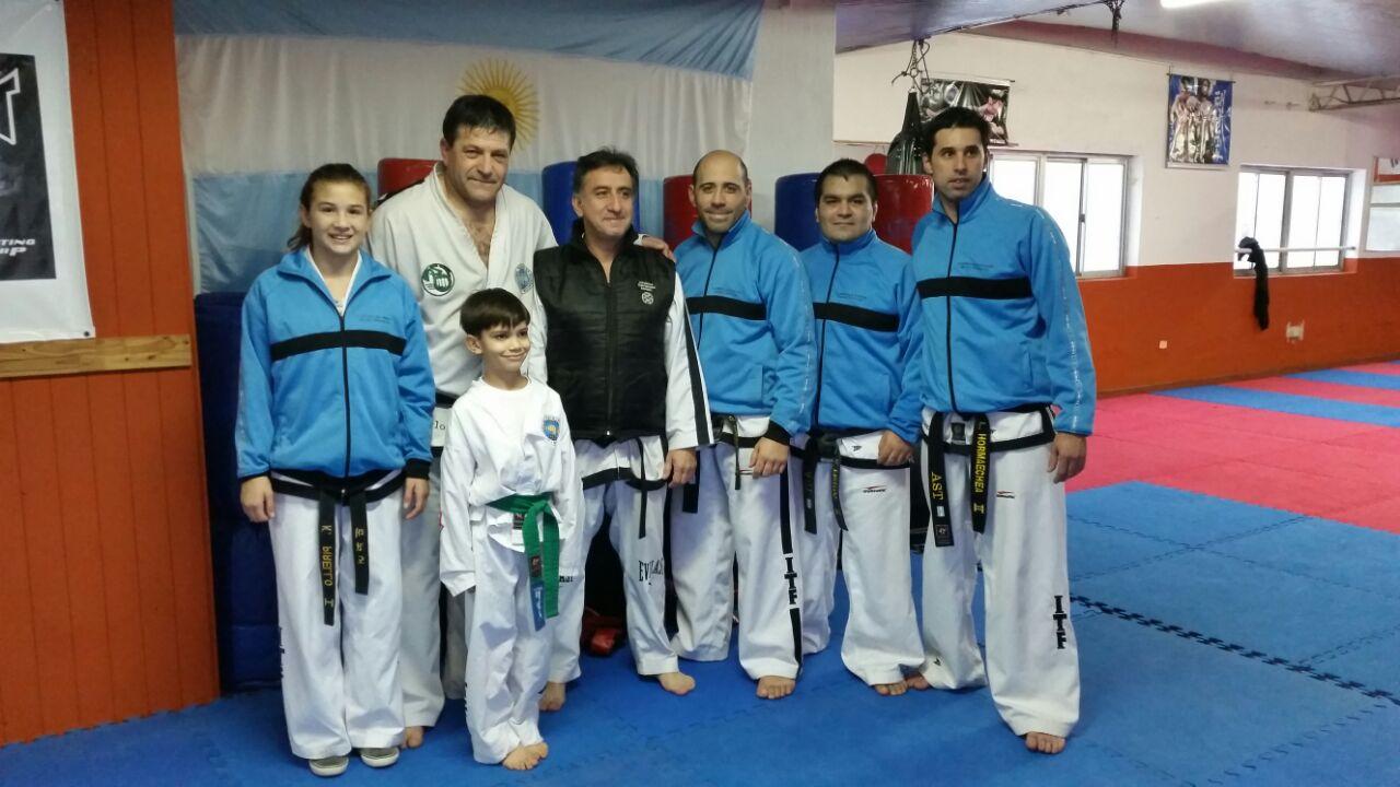 El maestro Alejandro Yapuncic junto con los profesores locales.