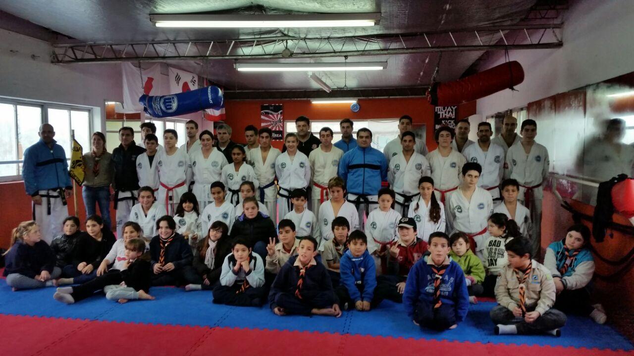 El maestro Yapuncic con todos los que asistieron al entrenamiento.
