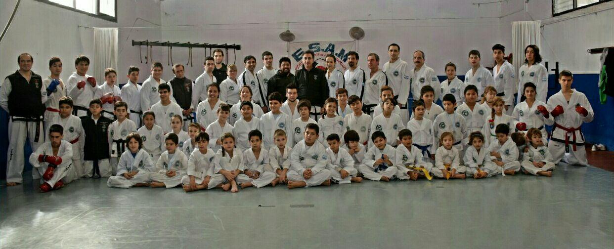 El maestro Yapuncic con los deportistas que lo acompañaron.