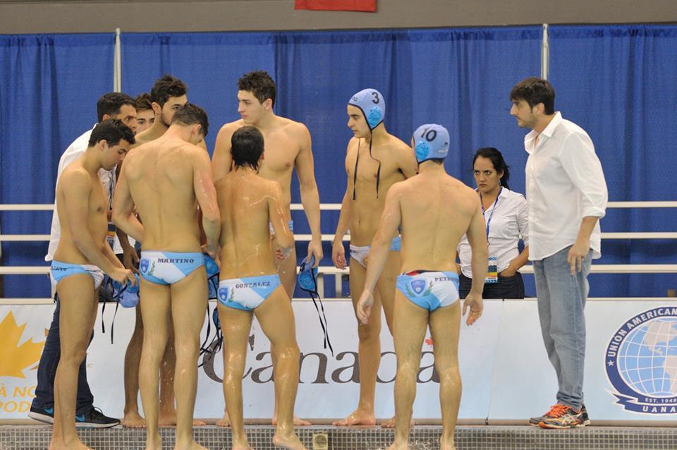 El equipo argentino antes de ingresar a la pileta. (Foto: Waterpolo Canadá)