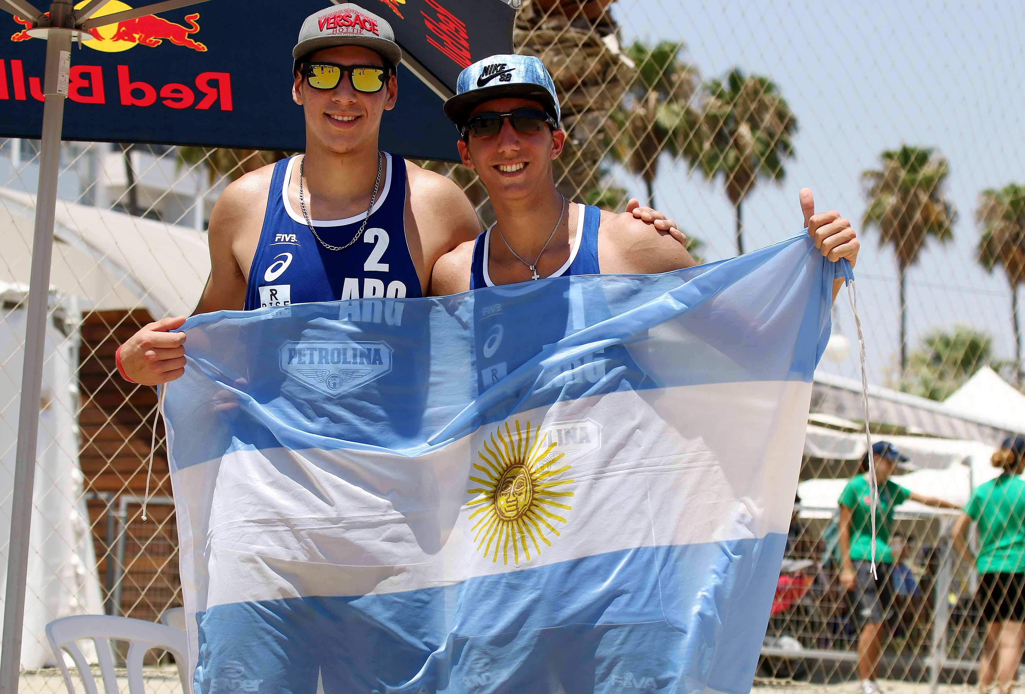 Gonzalo Aulisi y Exequiel Yacob con la bandera nacional. (Foto FIVB)