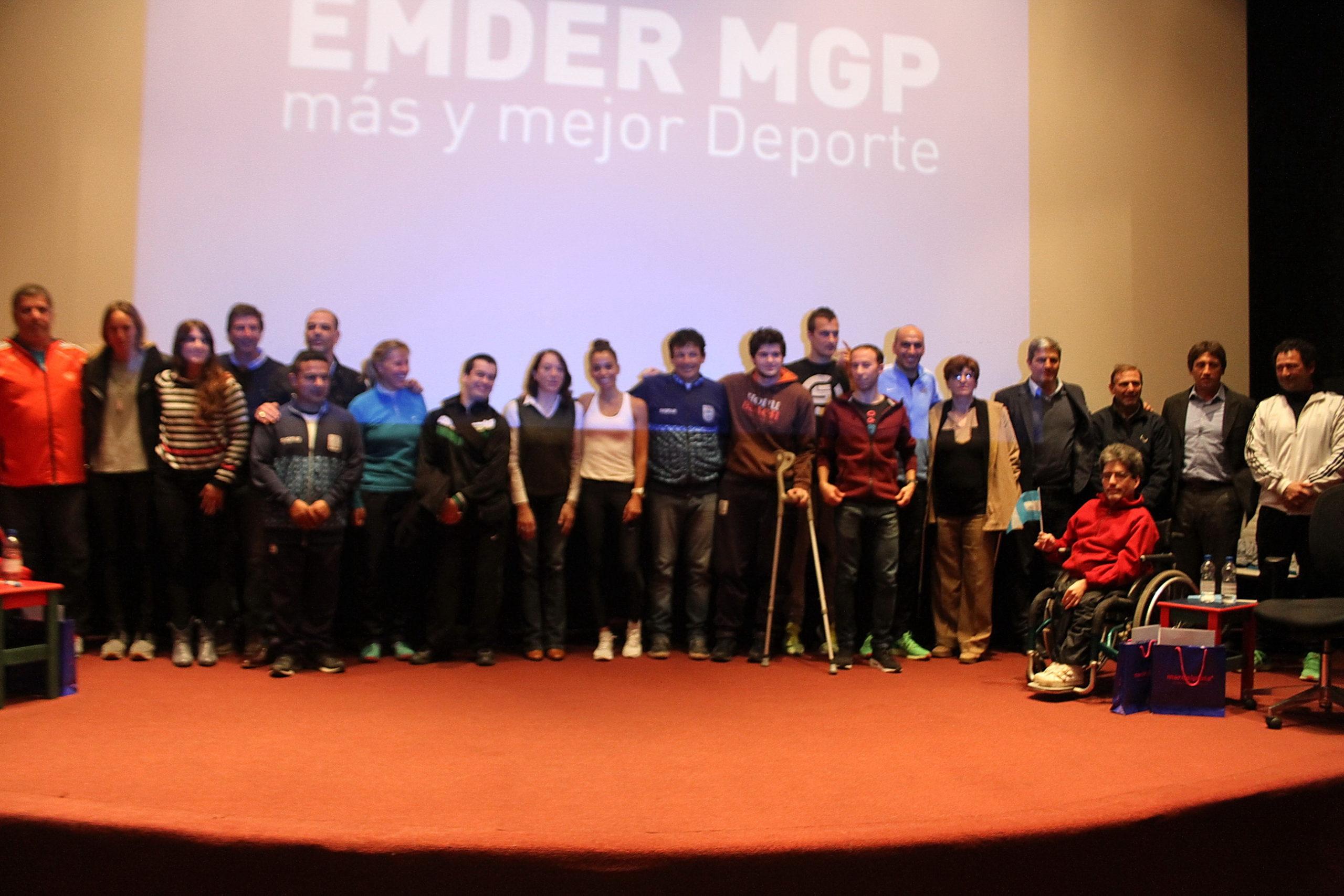 Los agasajados y los olímpìcos marplatenses sobre el escenario. (Foto: Prensa EMDER)