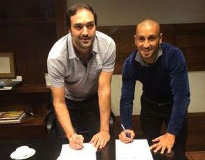 Roberto Brum firmando su contrato en Buenos Aires con Aldosivi. (Foto: Club Aldosivi)