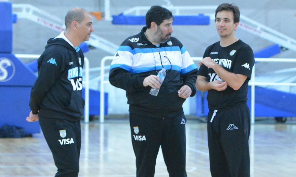 Sergio Hernández con parte de su cuerpo técnico, Gonzalo García y Nicolás Casalánguida.