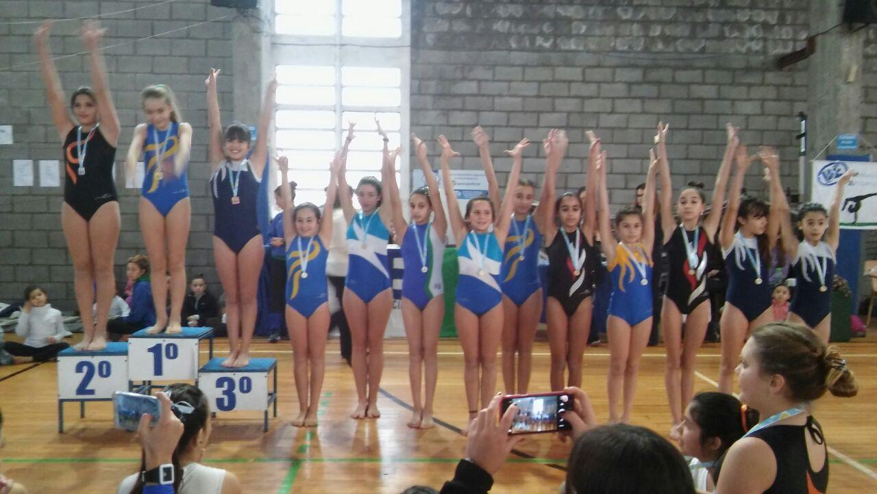 Las gimnastas de Alvarado en el podio.