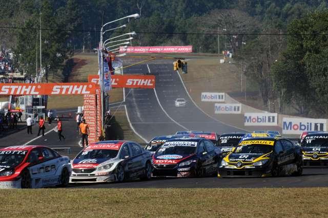 Christian Ledesma (auto 12) en la primera curva de la final. (Foto: Prensa Super TC 2000)