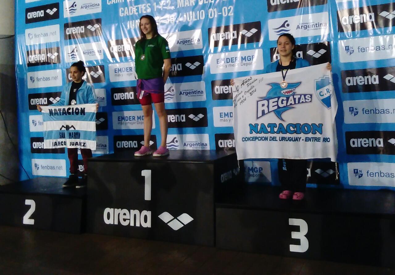 María Guillermina Ruggiero en la cima del podio de los 50 metros mariposa.