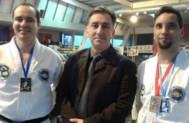 Marzoli y Baquero lucen sus medallas con el maestro Alejandro Yapuncic.