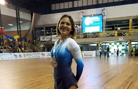 Nadia Ortiz Villar luciendo su medalla de bronce.