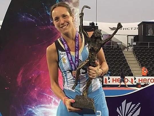 Victoria Zuloaga luciendo el Trofeo de Campeones en Londres.