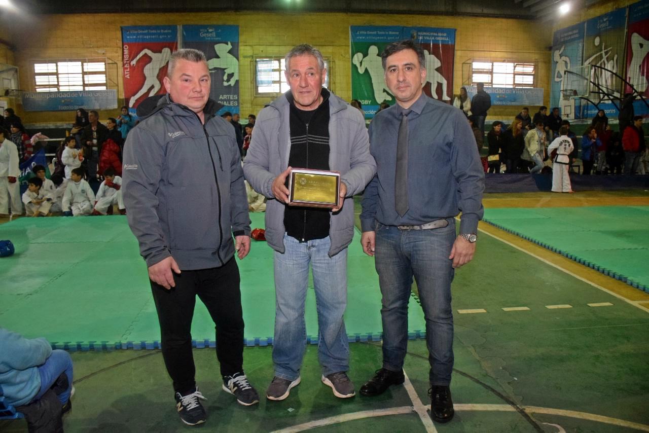 El maestro Alejandro Yapuncic en la presentación del torneo con las autoridades locales.