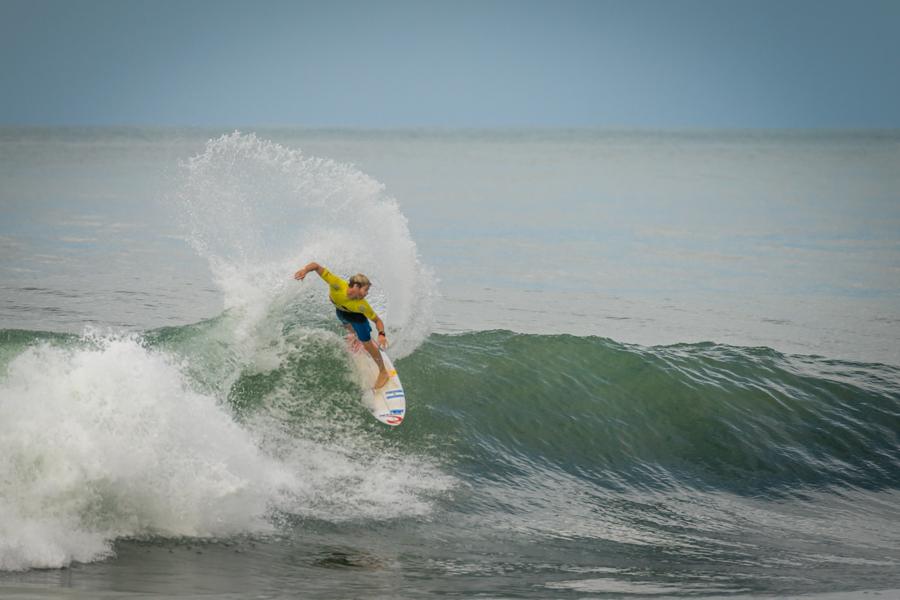 Leandro Usuna maniobrando en las olas costarricenses. (Foto: ISA / Evans)