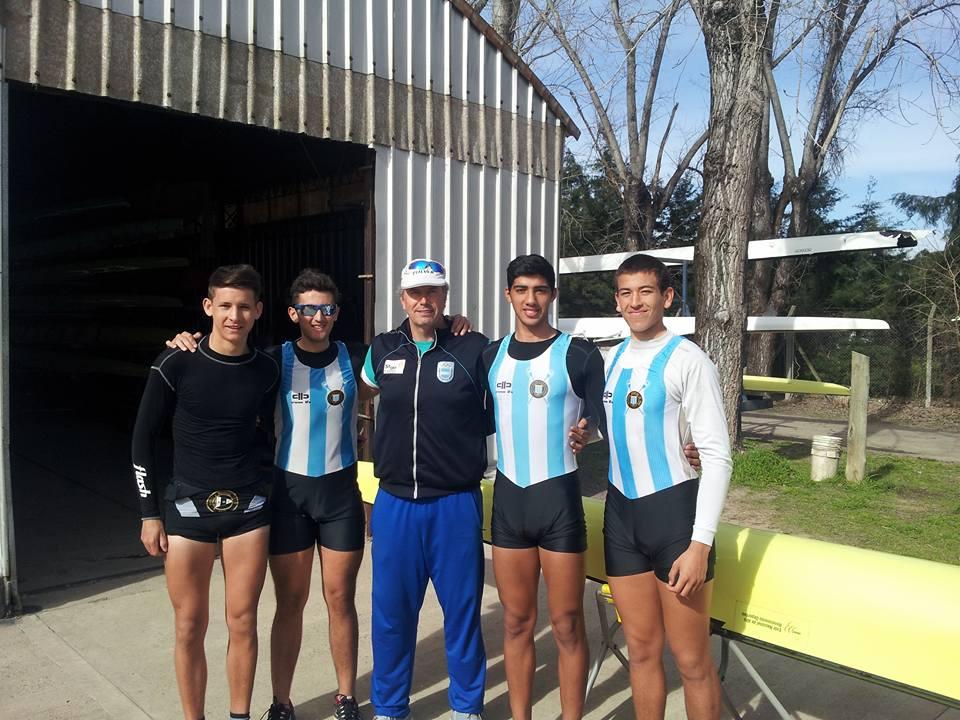 El cuádruple par de remos cortos argentino junior con Emiliano Soria (el primero de derecha a izquierda)