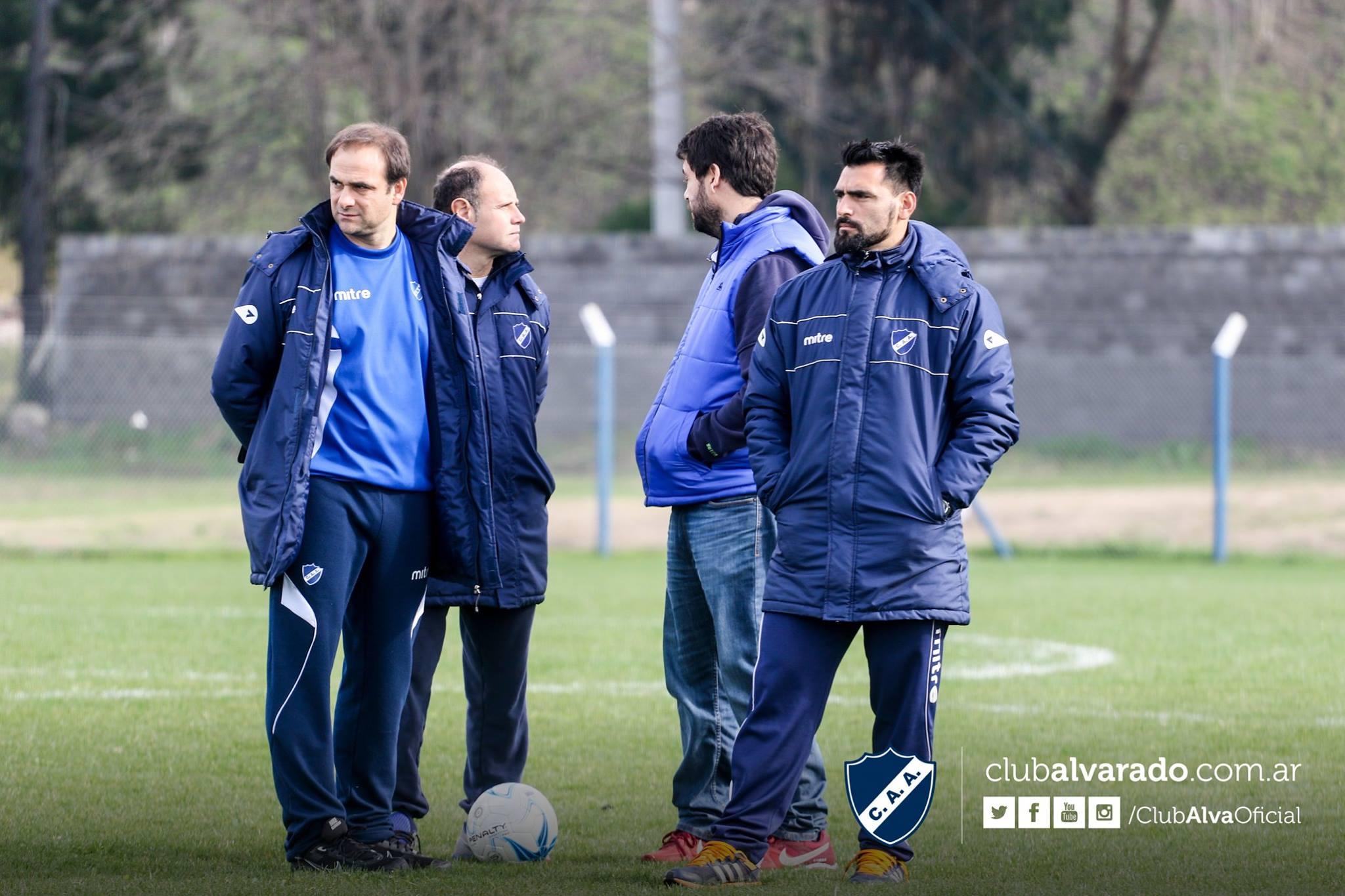 El cuerpo técnico de Alvarado prepara el partido ante Defensores de Belgrano. (Foto: Florencia Arroyos - Club Alvarado)