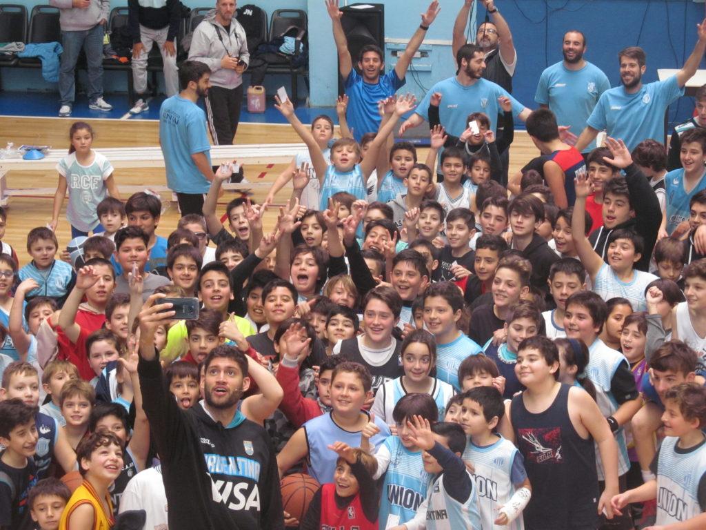 Patricio Garino sacandose la selfie con el grupo de jugadores que asistieron. (Foto: Club Unión)