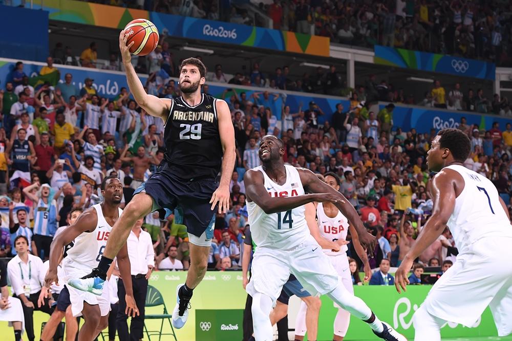 Patricio Garino en el aire ante los NBA. (Foto: FIBA)