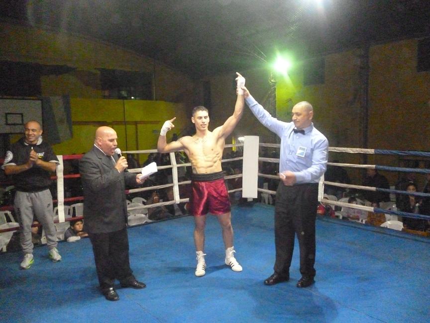Gustavo Domínguez Chamorro con el brazo en alto despues de su KO.