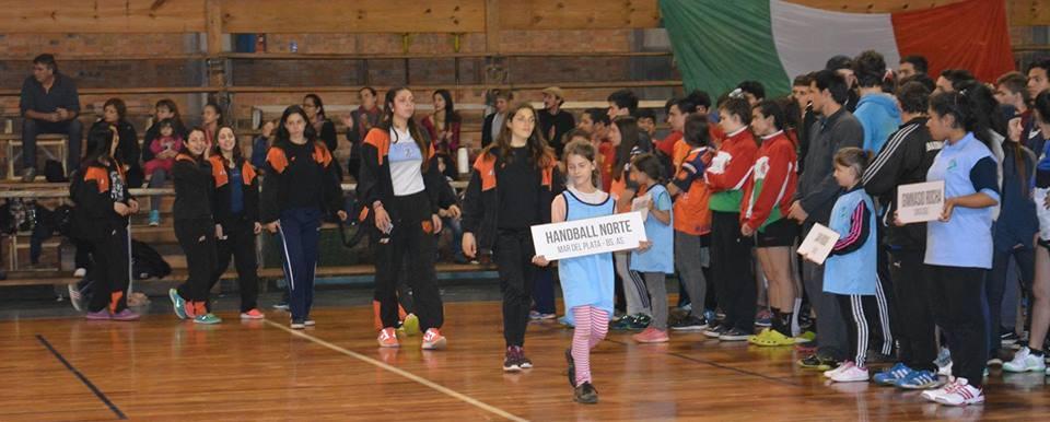 Las chicas de Handball Norte en el desfile del certamen. (Foto: CAH)