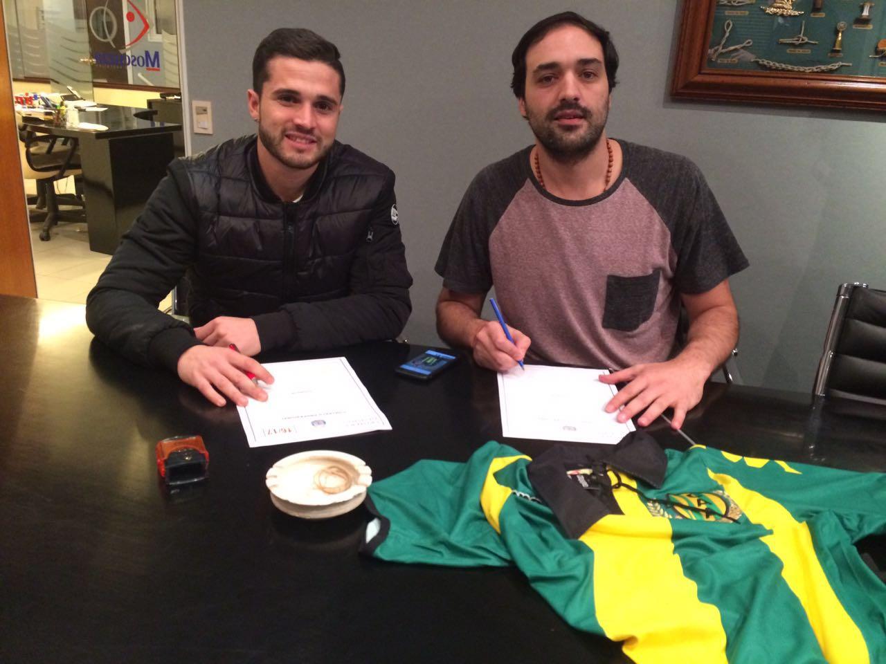 Joel Acosta firmando esta noche su contrato. (Foto: Prensa Aldosivi)