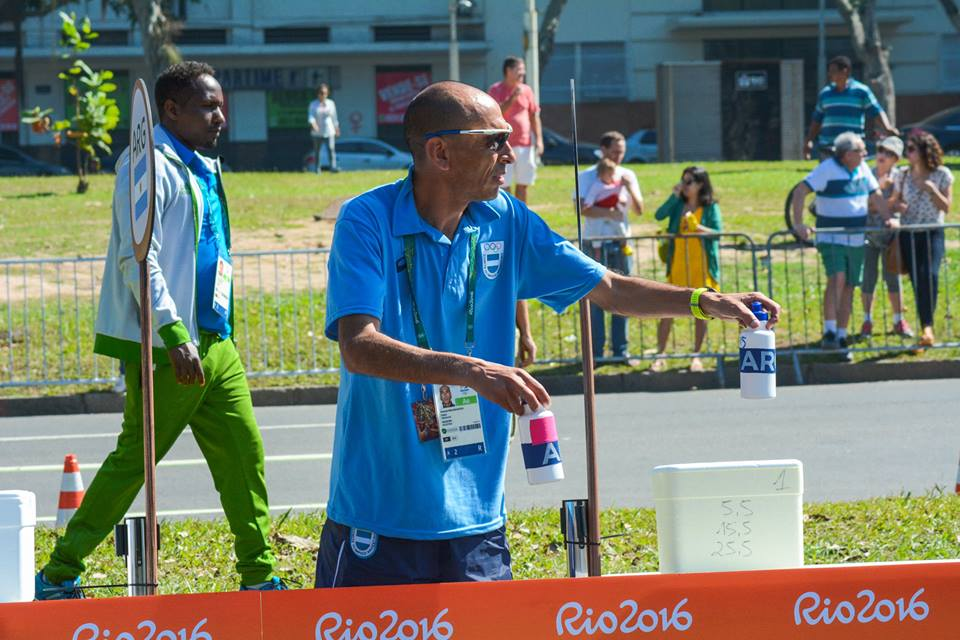 Leonardo Malgor hidratando a los marplatenses en el desarrollo de la competencia en Río. (Foto: Rodrigo Pozzi)