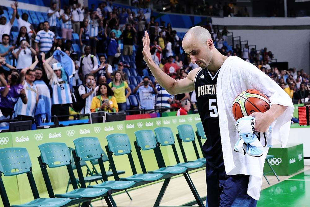 Emanuel Ginóbili con la pelota del partido que le entregó la organización caminando hacia el vestuario. (Foto: FIBA)