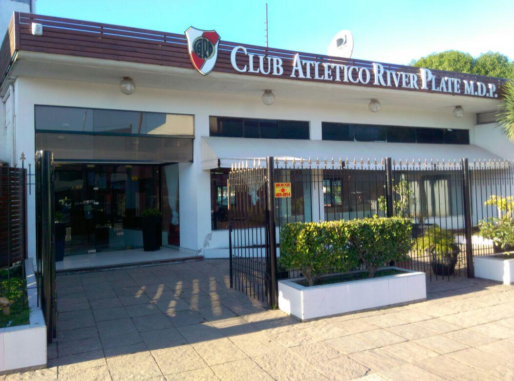 La fachada de la sede del Club River.