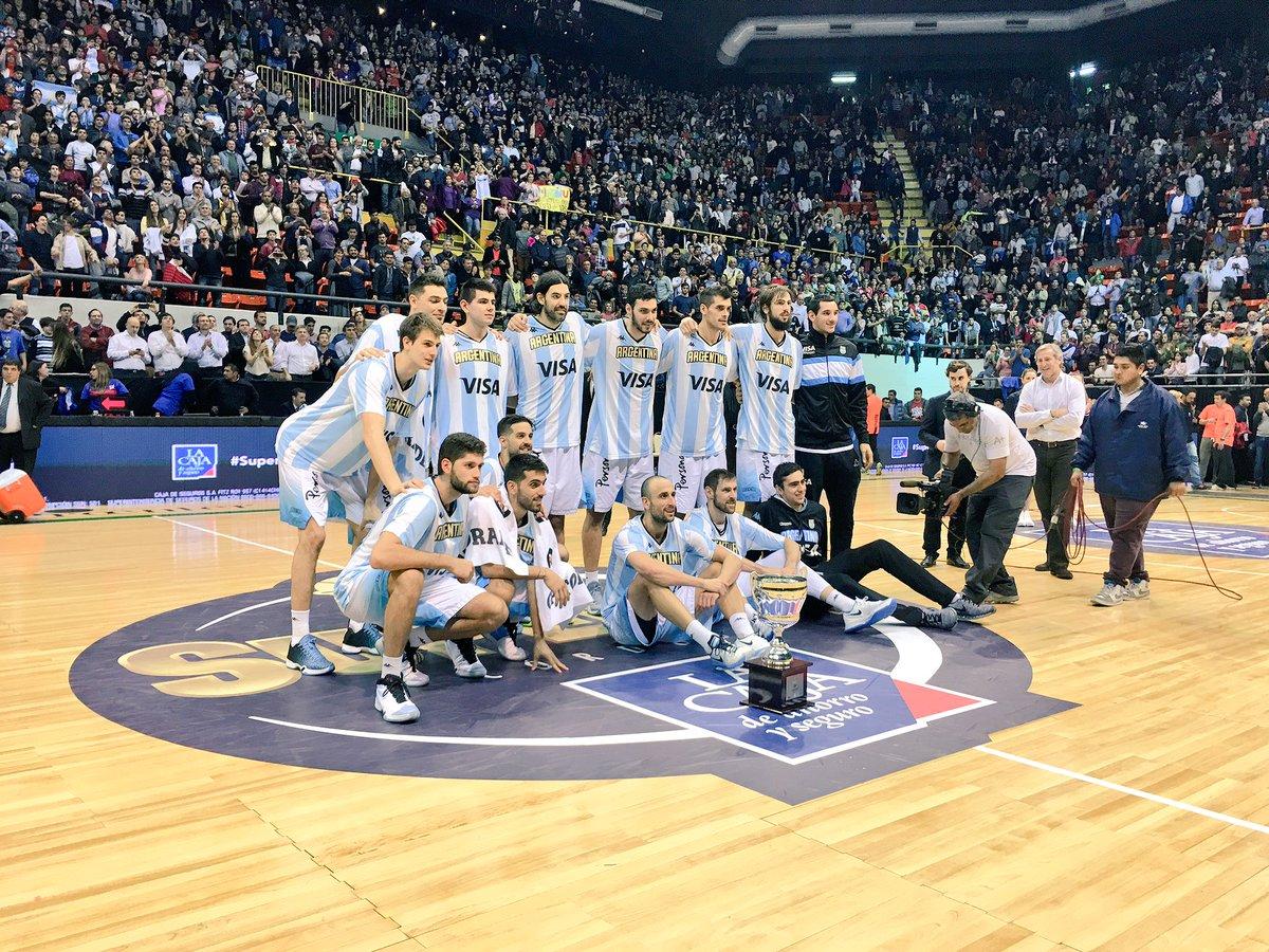 Argentina después de recibir el trofeo del Súper 4. (Foto: CABB)