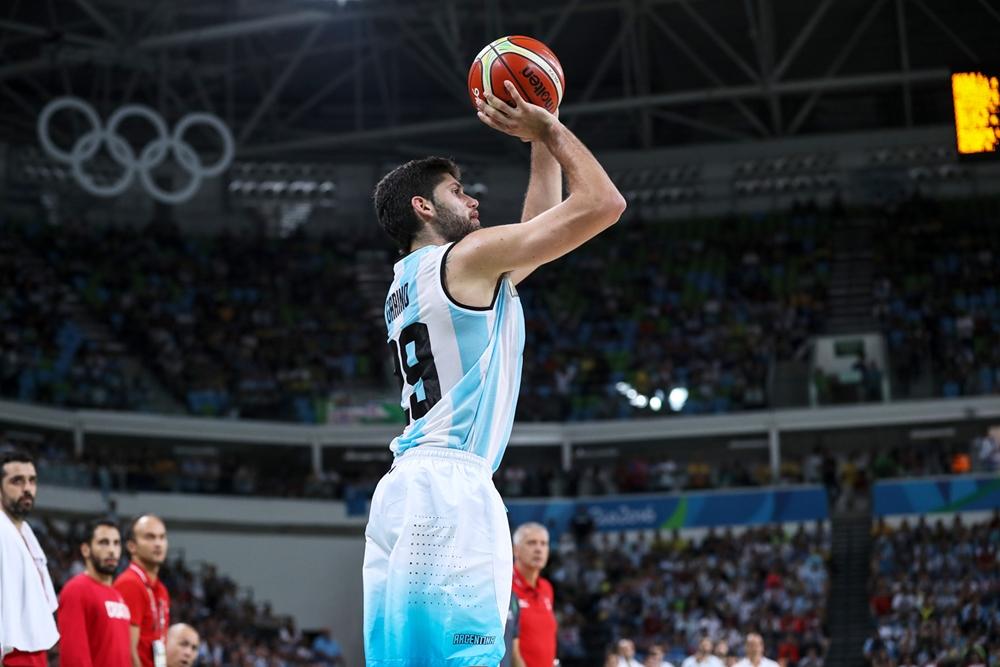 Patricio Garino ensayando un triple con los aros olímpicos de fondo. (Foto: FIBA)
