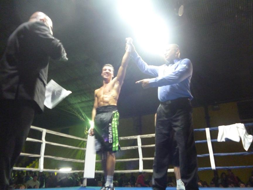 Tupac Novillo por puntos pudo ganar en su primera pelea.