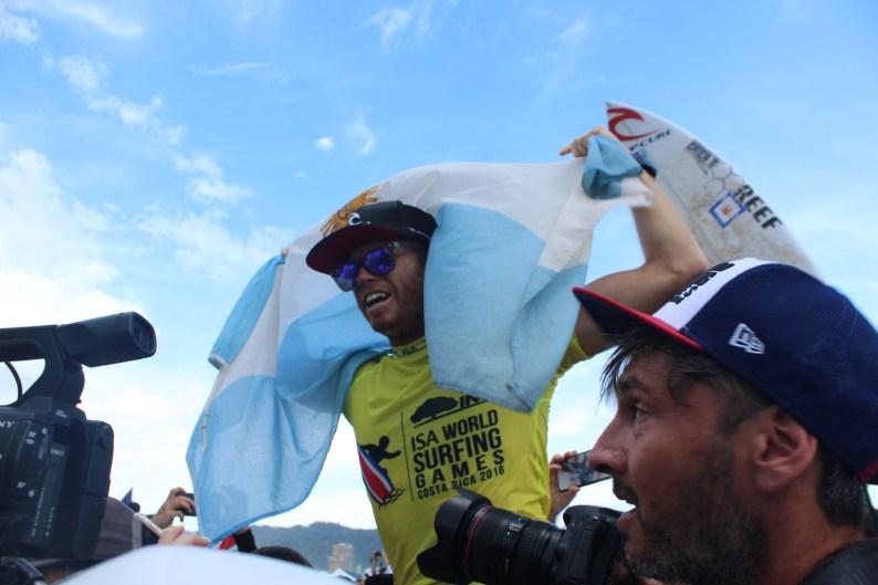 Leandro Usuna con la bandera nacional en su cabeza celebrando el título.
