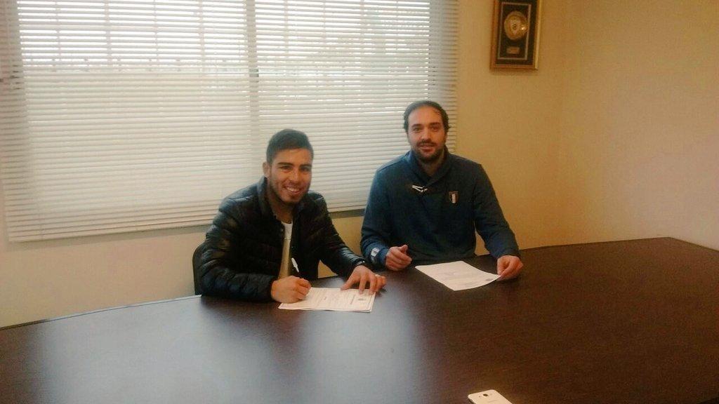 Nahuel Yeri firmando su contrato con Aldosivi. (Foto: Prensa Aldosivi)