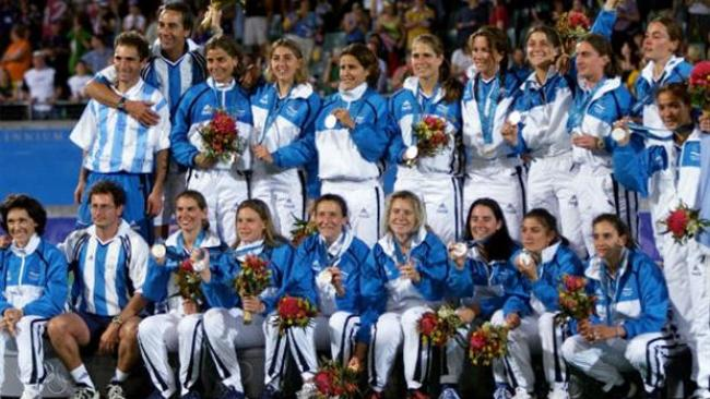 El podio olímpico en Sydney con Inés Arrondo, brazo en alto celebrando.