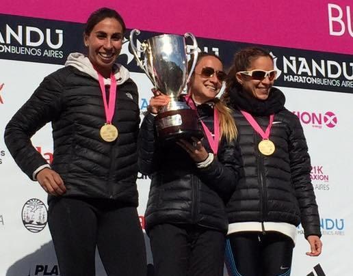 Florencia Borelli en lo más alto del podio luciendo su copa.