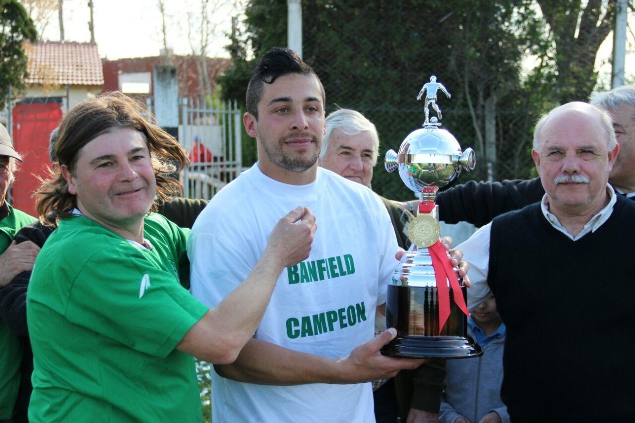 El capitán de Banfield, Monges, recibiendo la copa de campeón. (Foto: Diego Berrutti)