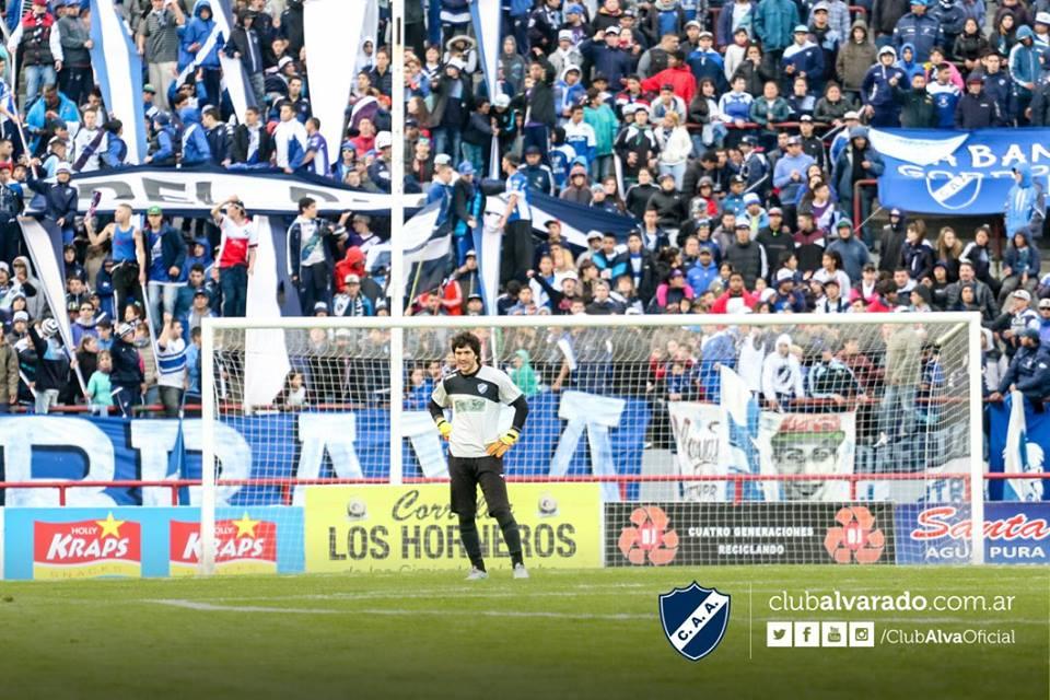 Mauro Beltramella con la hinchada de Alvarado detrás. (Foto: Florencia Arroyos - Club Alvarado)