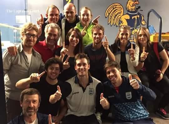 Leandro Romiglio rodeado de todo el equipo argentino luego de ganar el oro.