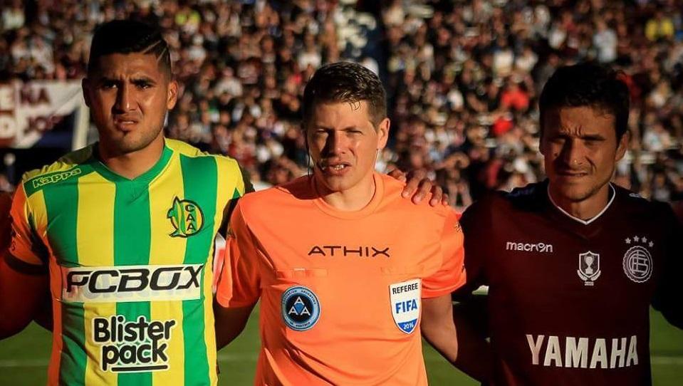 Jonathan Galván en el sorteo junto con Germán Delfino y Agustín Pelletieri. (Foto: Club Aldosivi - Sergio Biale)
