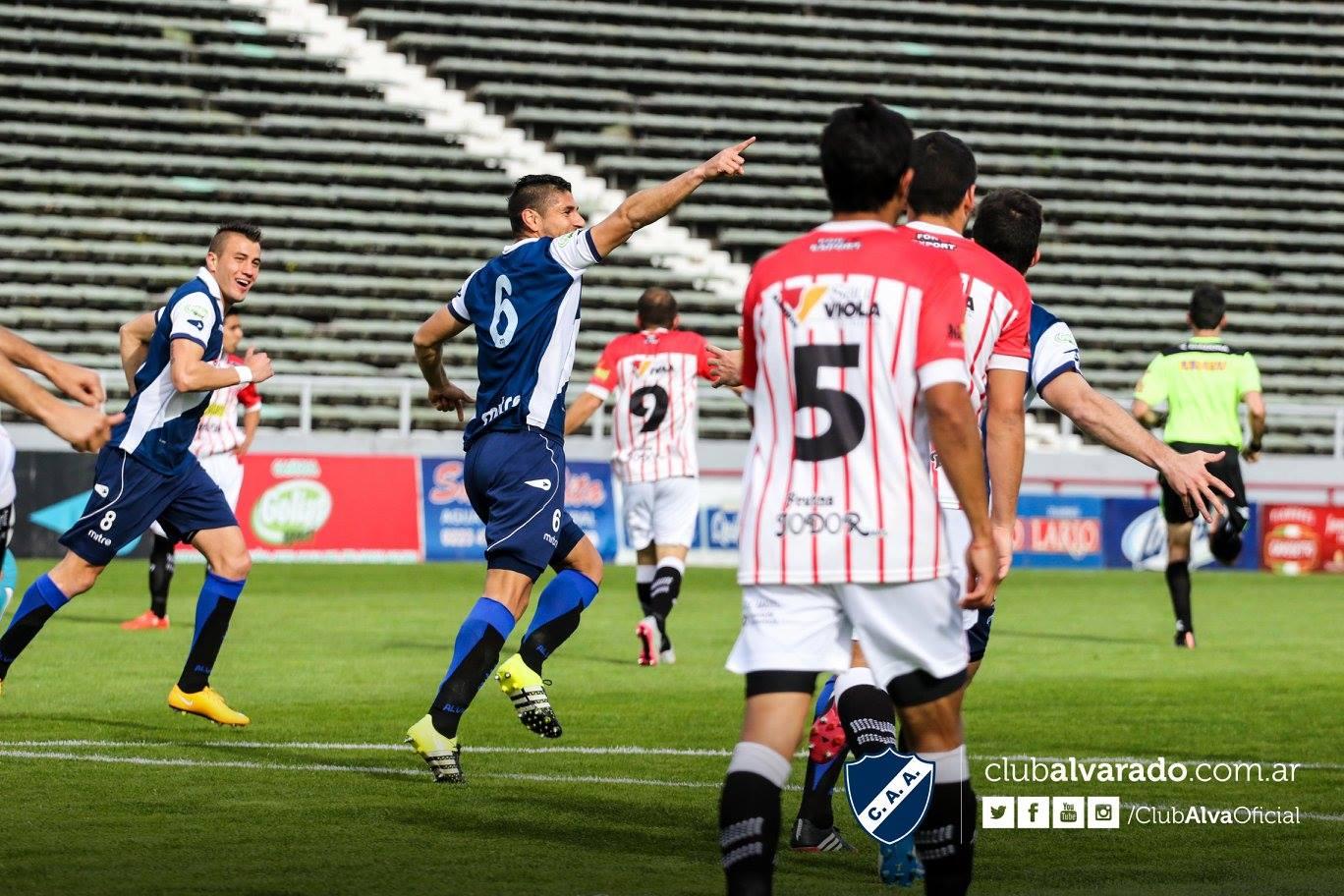 Gastón Martínez celebrando el gol con la dedicatoria especial para su novia que estaba en la tribuna. (Foto: Florencia Arroyos - Club Alvarado)