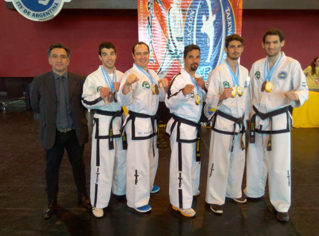 El maestro Alejandro Yapuncic junto a los cinco cinturones negros locales.