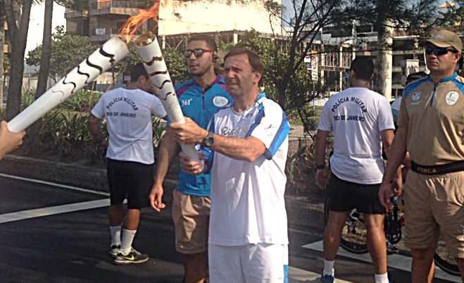 José Luis Campo al momento del relevo de la antorcha paralímpica.