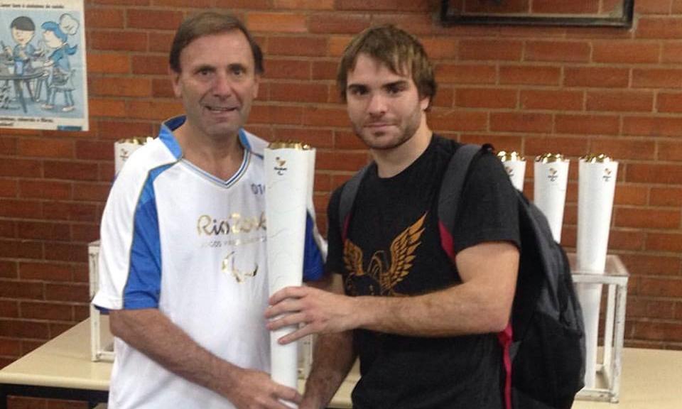 José Luis Campo con la llama paralímpica y su hijo Manuel. (Foto: Facebook)