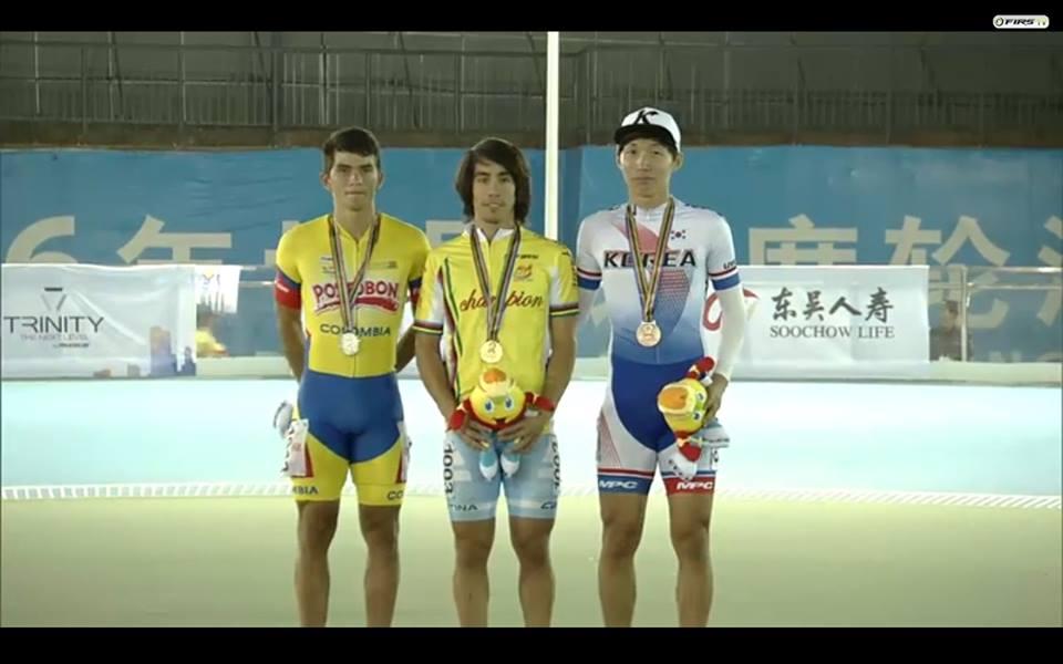 Ken Kuwada en el podio con la medalla de oro y la malla de campeón.