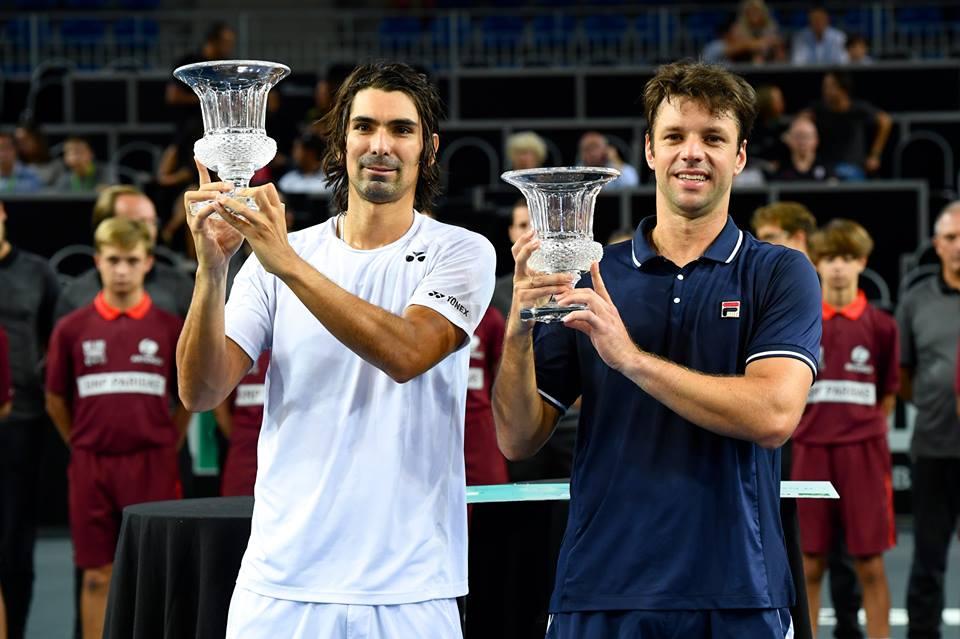 Julio Peralta y Horacio Zeballos posando con el premio ganado.