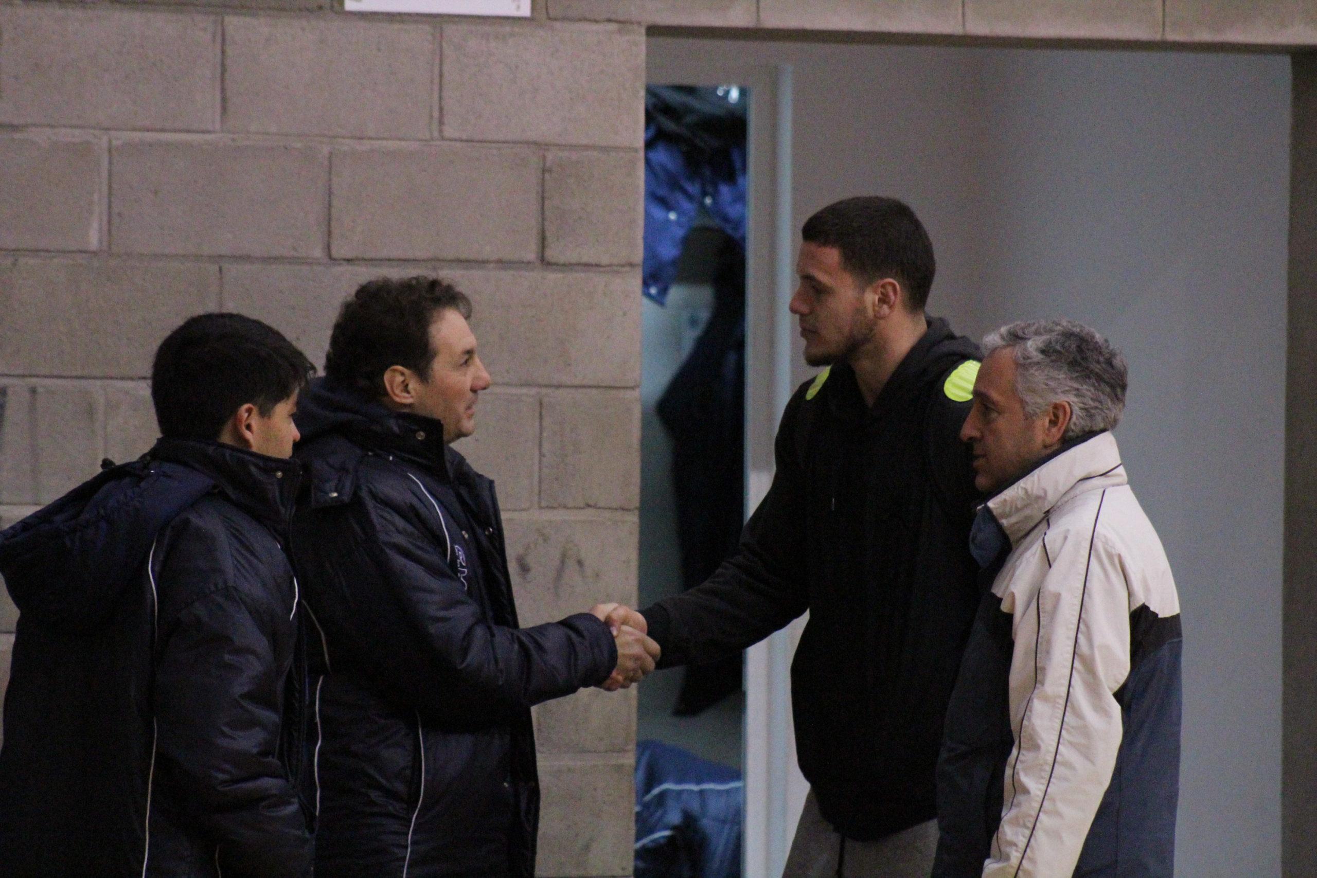 Richotti recibiendo a Sebastián Suárez (Foto: Prensa Peñarol)