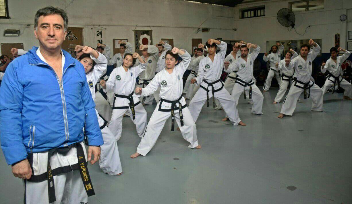 El maestro Alejandro Yapuncic en el entrenamiento.