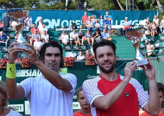 Horacio Zeballos y Julio Peralta con las copas obtenidas en Génova.