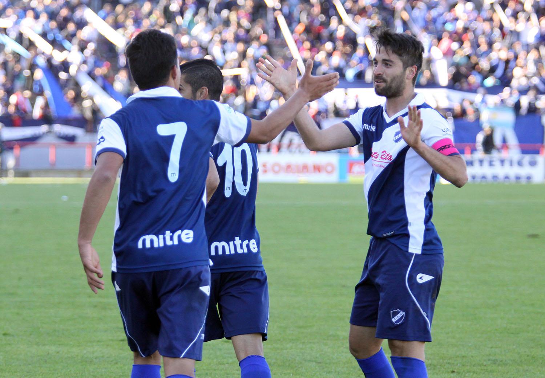 Wilson Albarracín festeja el gol con la figura de la cancha, Damián Luengo. (Foto: Diego Berrutti)