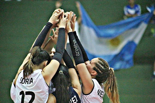 Argentina festejando el triunfo ante Perú.