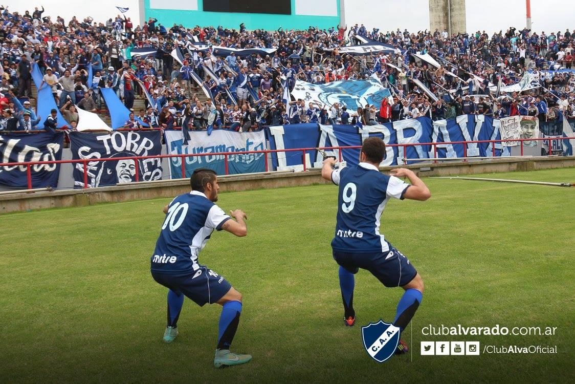 Escott (con la 10) no estará en el partido del viernes. (Foto: Rubén Sánchez - Club Alvarado)
